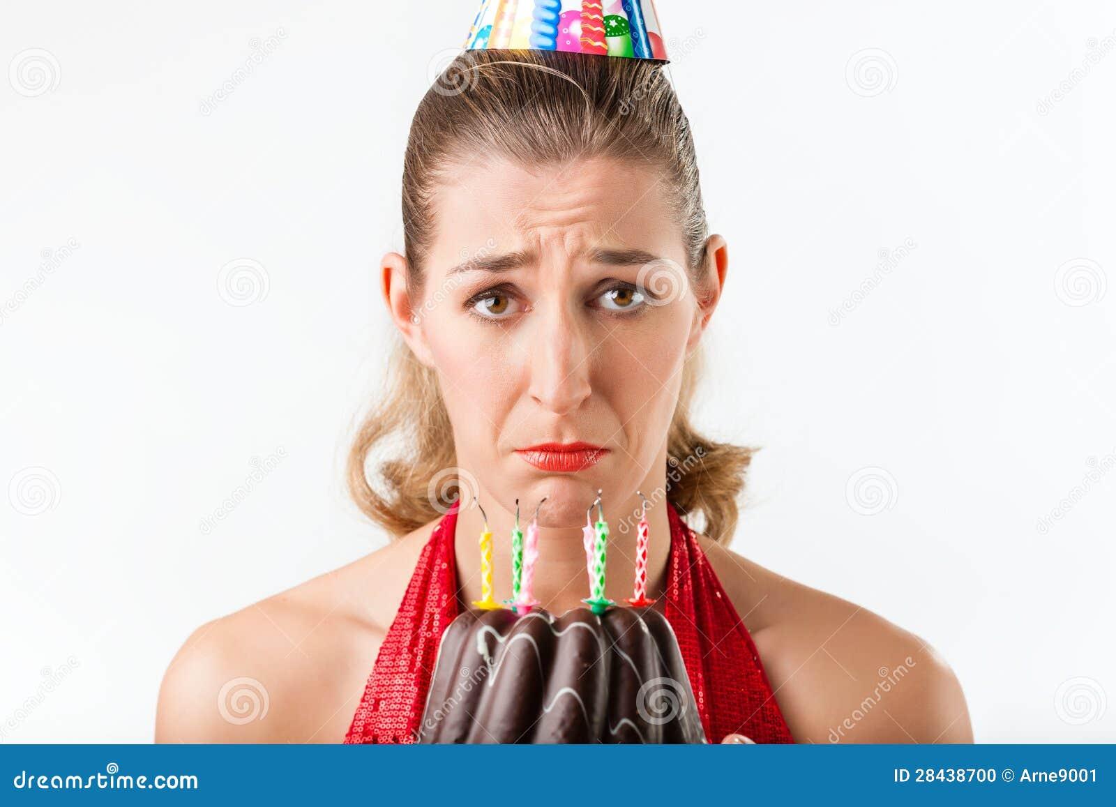 庆祝与蛋糕蜡烛的妇女生日清除