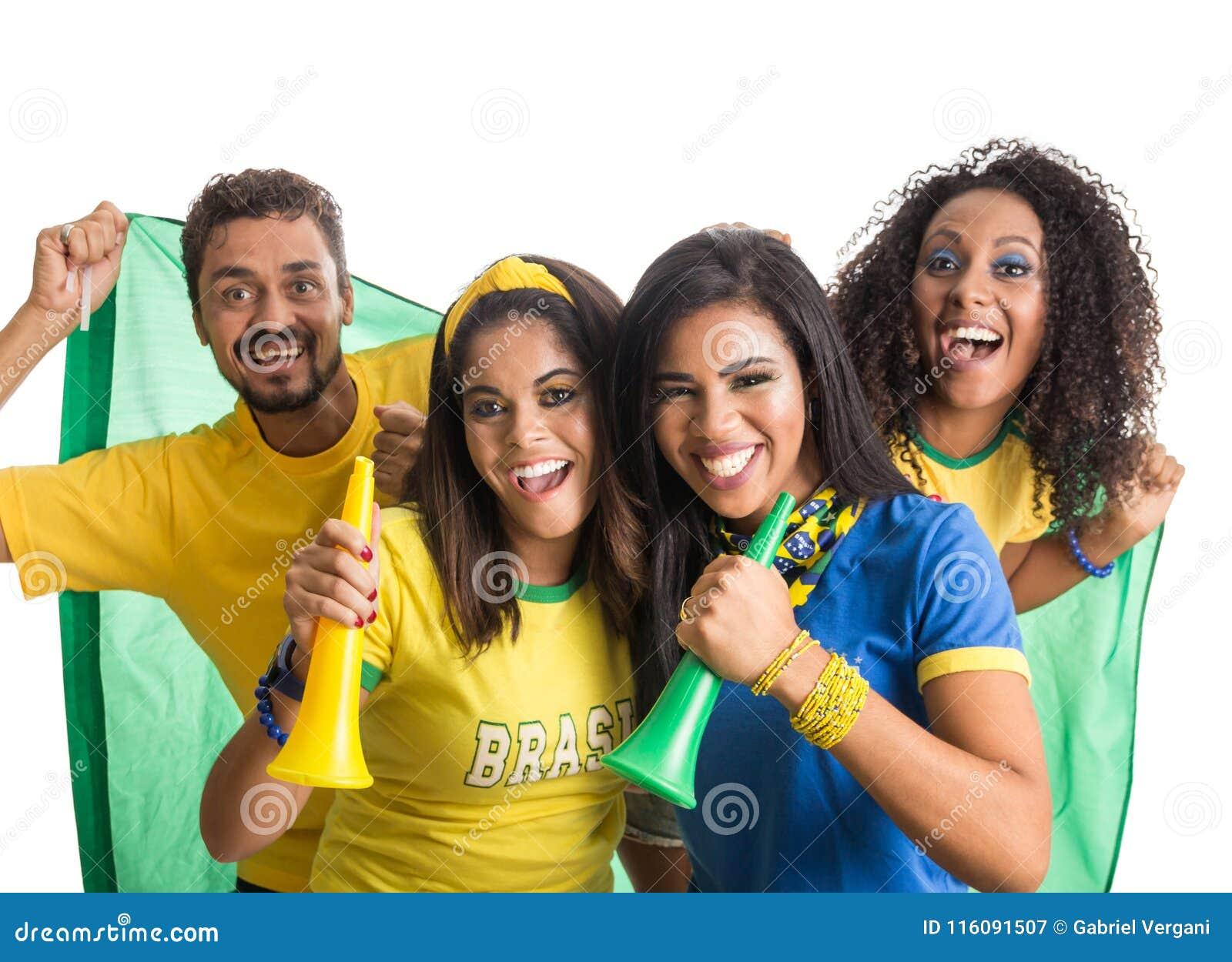 庆祝在白色b的足球比赛的巴西小组爱好者