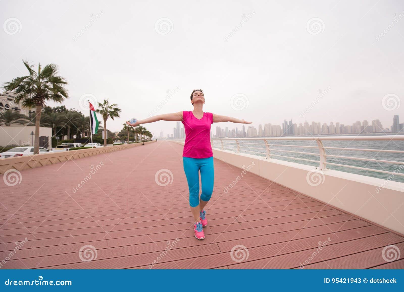 庆祝成功的训练奔跑的少妇