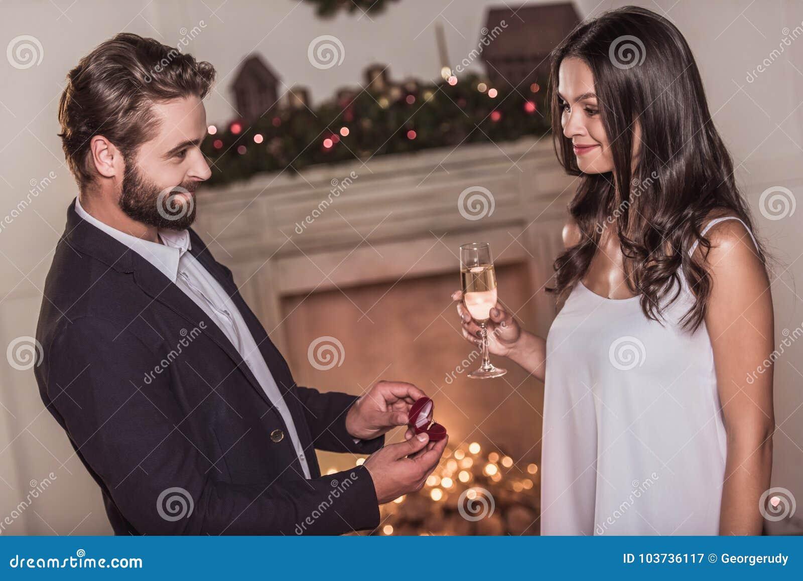 庆祝新年的夫妇