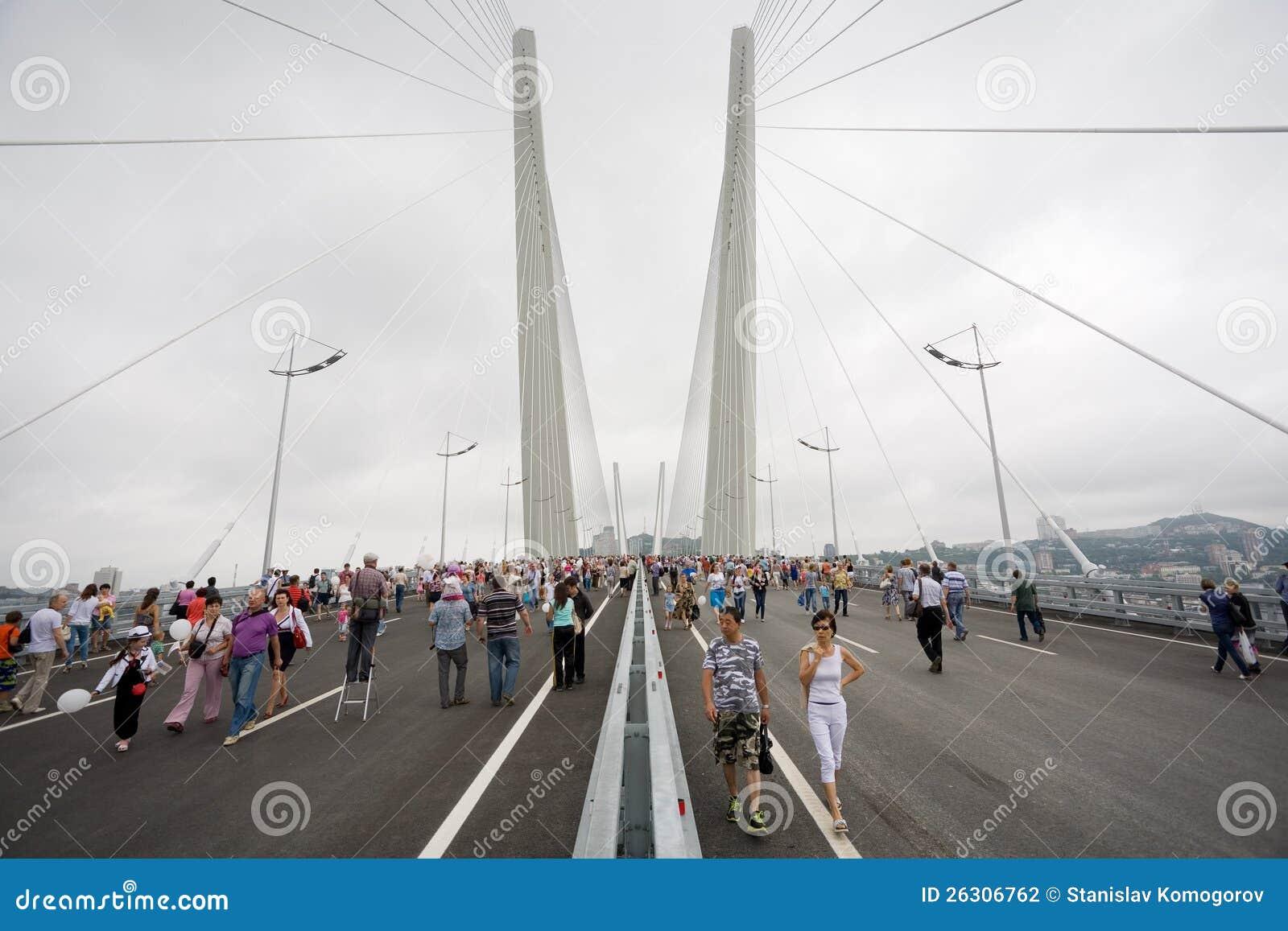 庆祝桥梁的空缺数目在Vladivost的