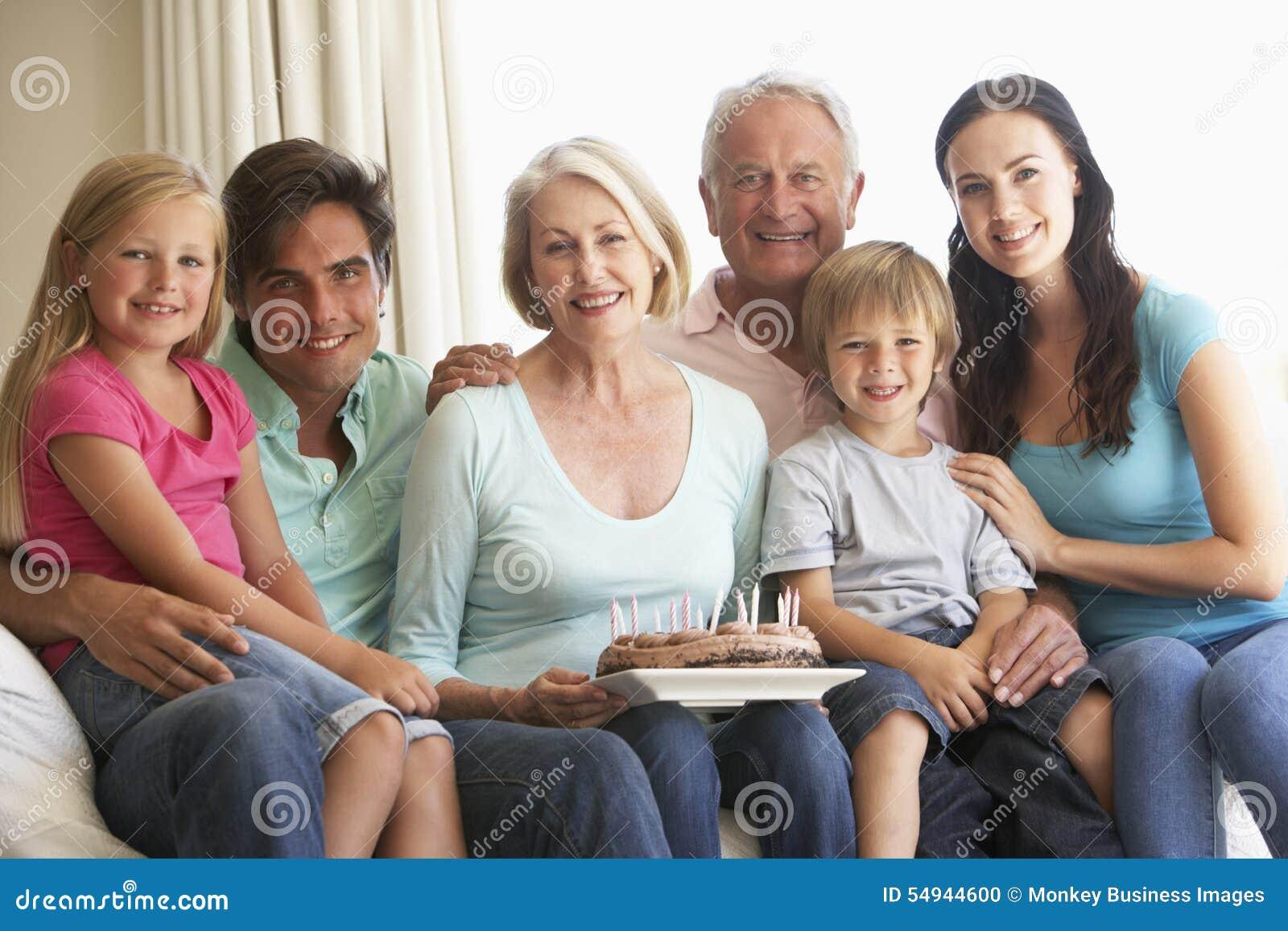 庆祝生日的大家庭小组