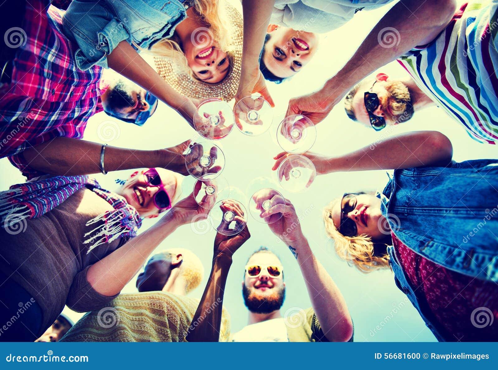 庆祝看在朋友概念下的香宾