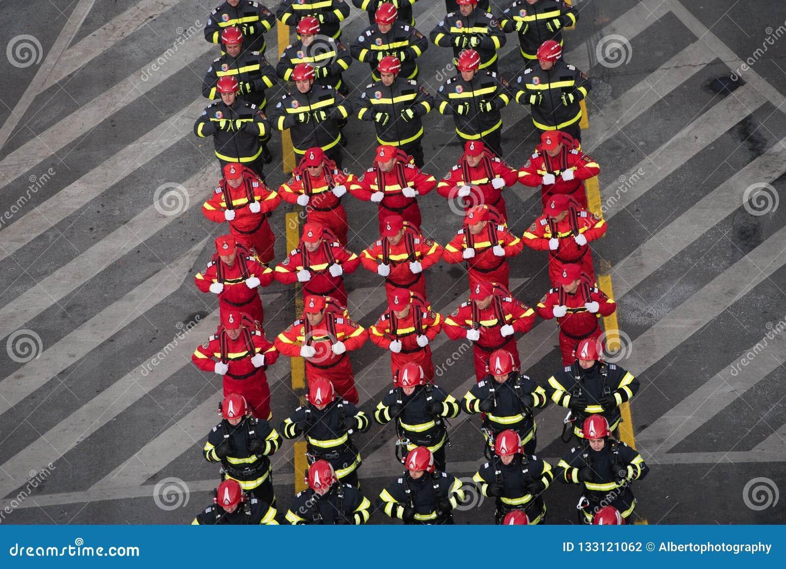 庆祝罗马尼亚的国庆节的军事游行