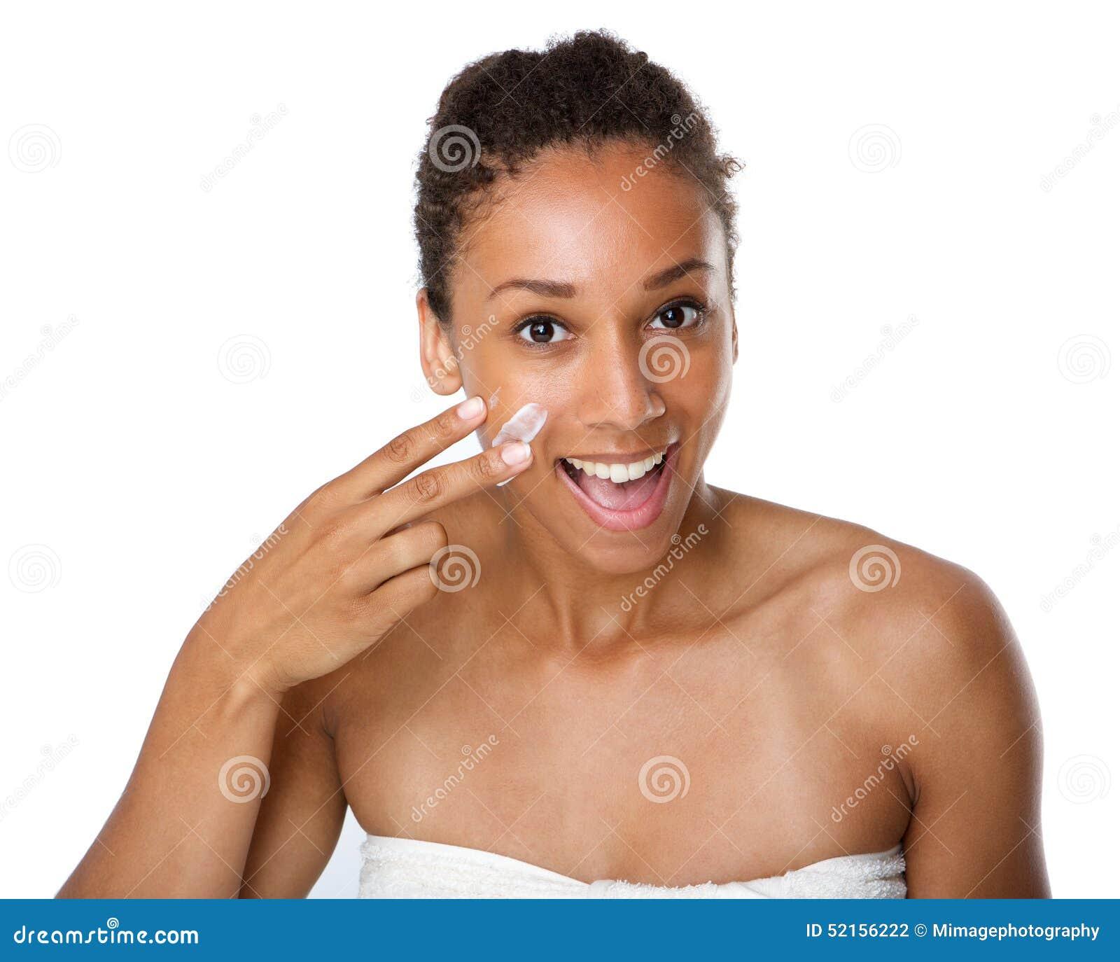 应用在皮肤的微笑的非裔美国人的妇女化妆水
