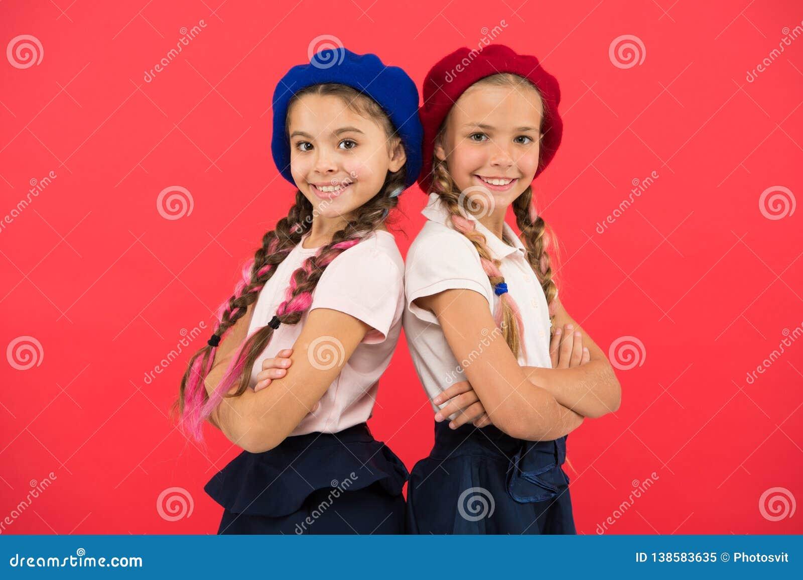 应用形式上国际学校 法语学校 学校时尚概念 学生微笑的女孩佩带正式