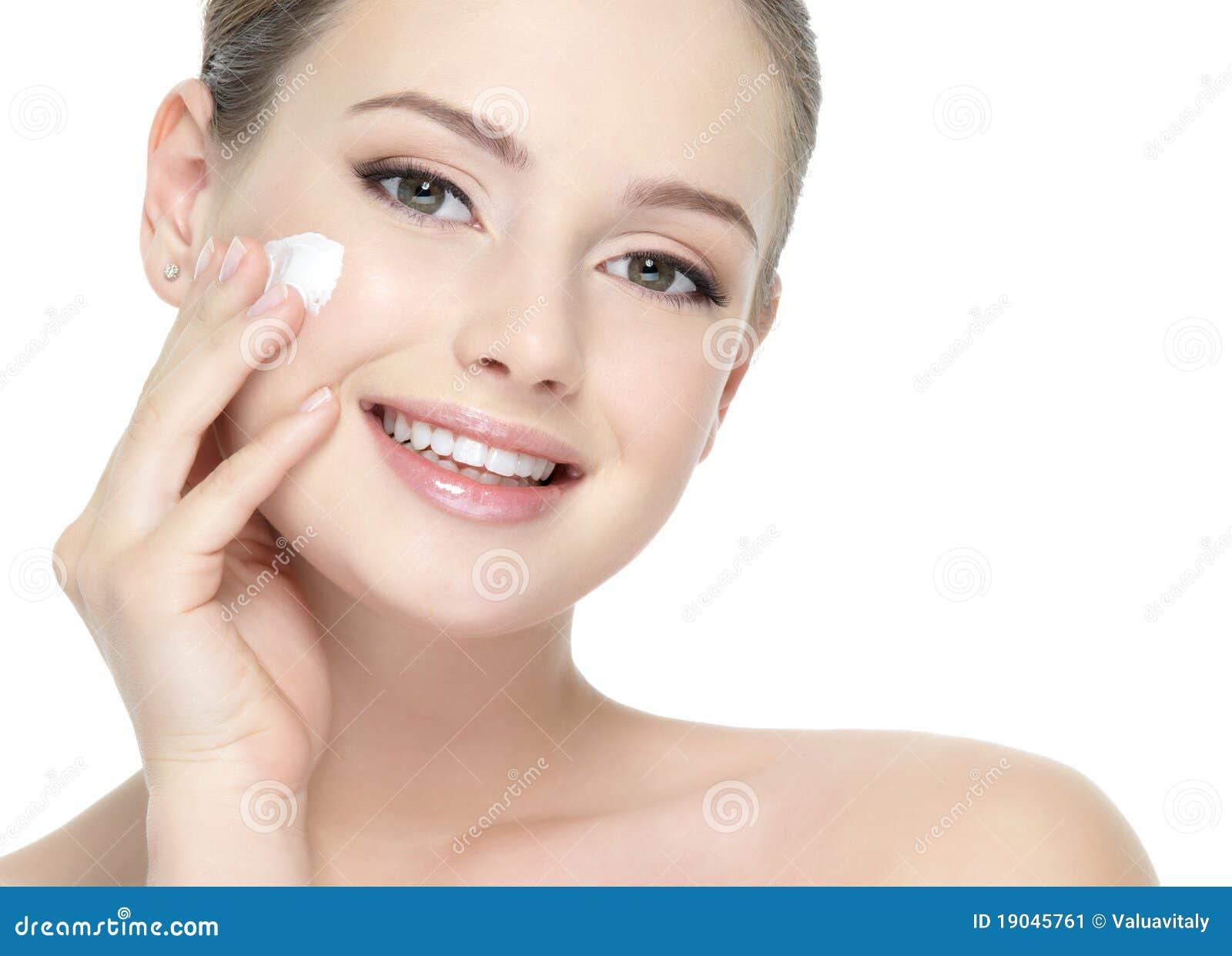 应用美丽的面颊奶油色微笑的妇女