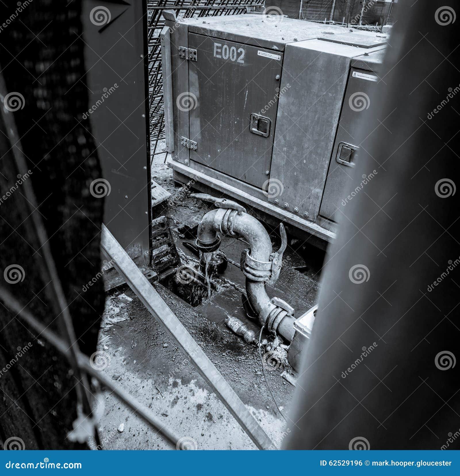 废品旧货栈,流动从工业管子的水的灰度的图象