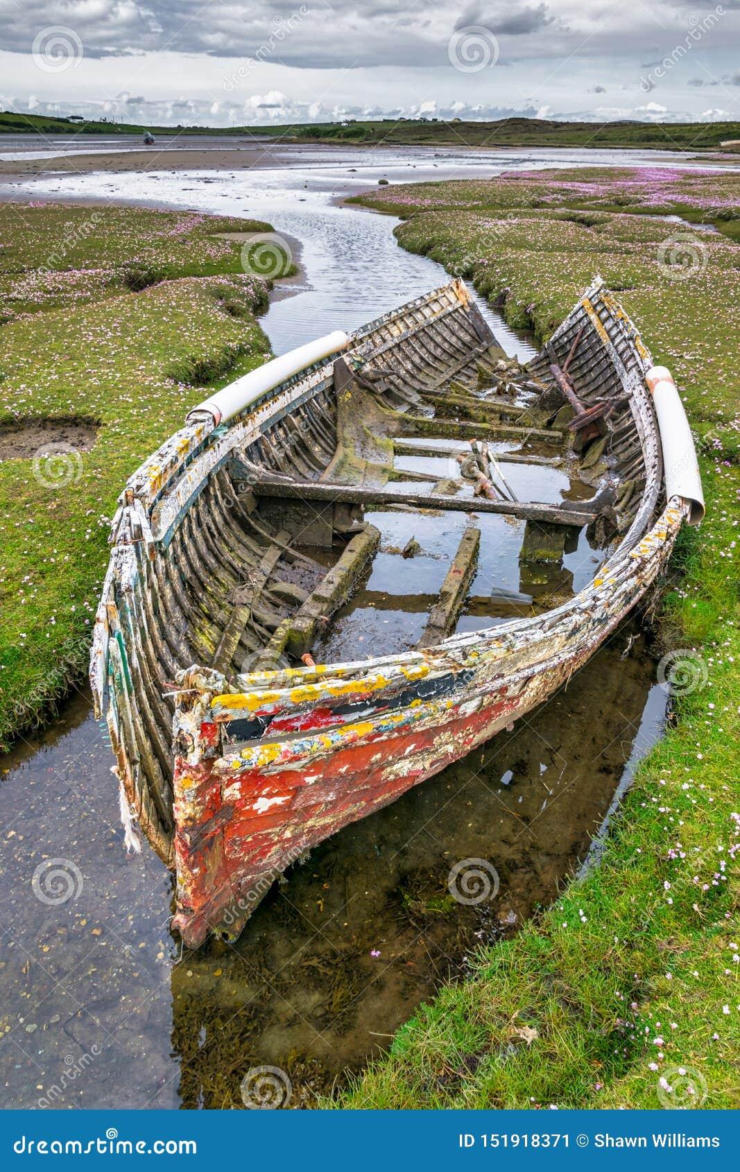 废弃的老渔船