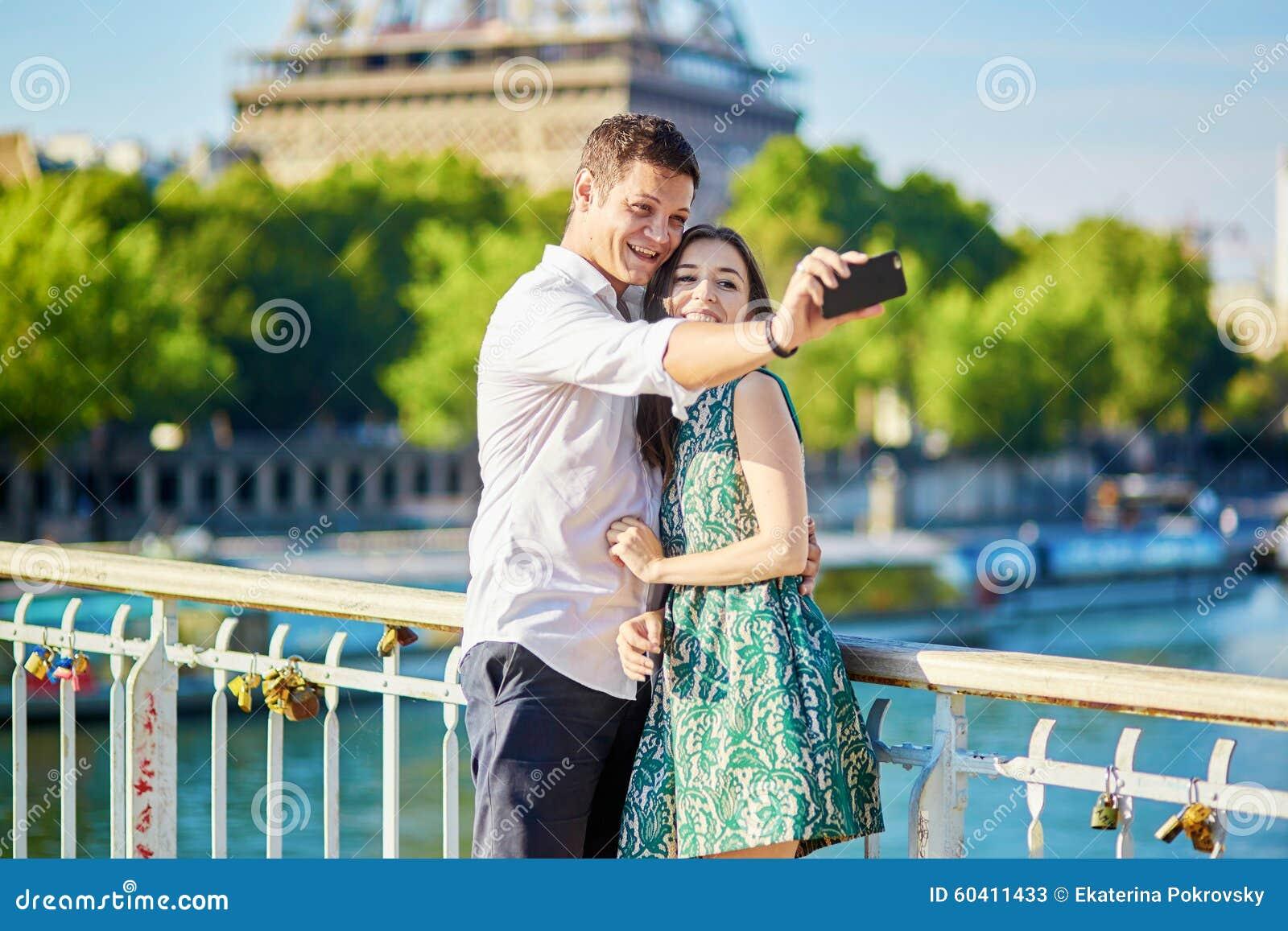 度过他们的假期的年轻浪漫夫妇在巴黎