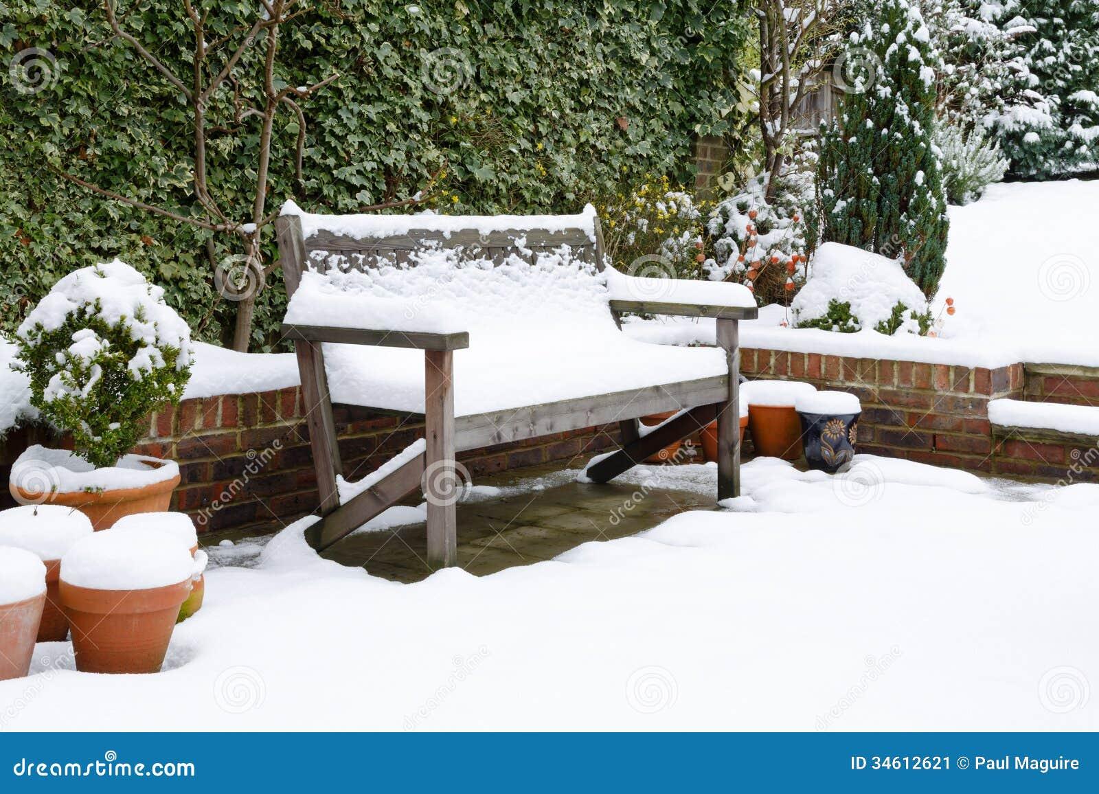 庭院与雪的露台长凳