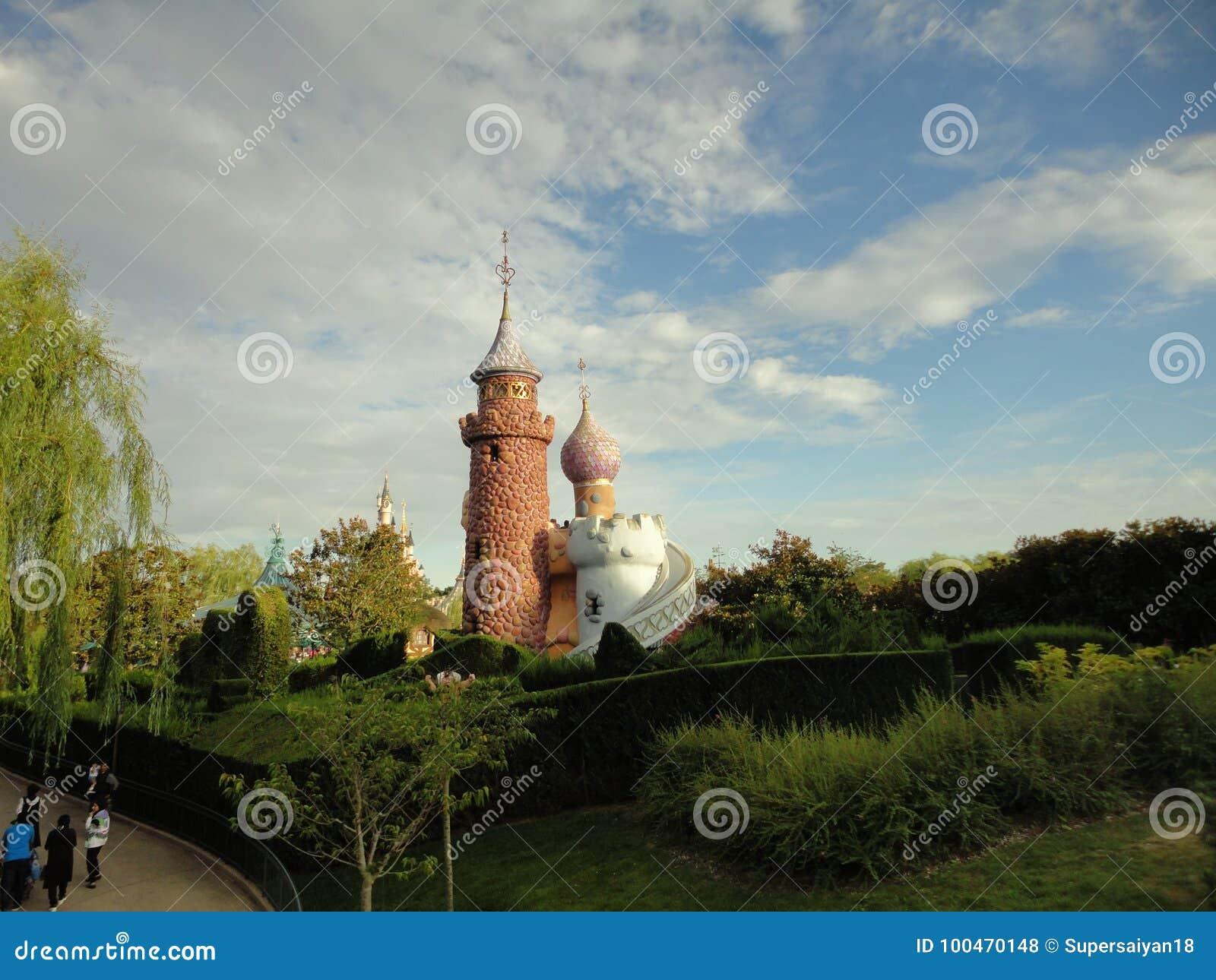 庭院围拢的城堡