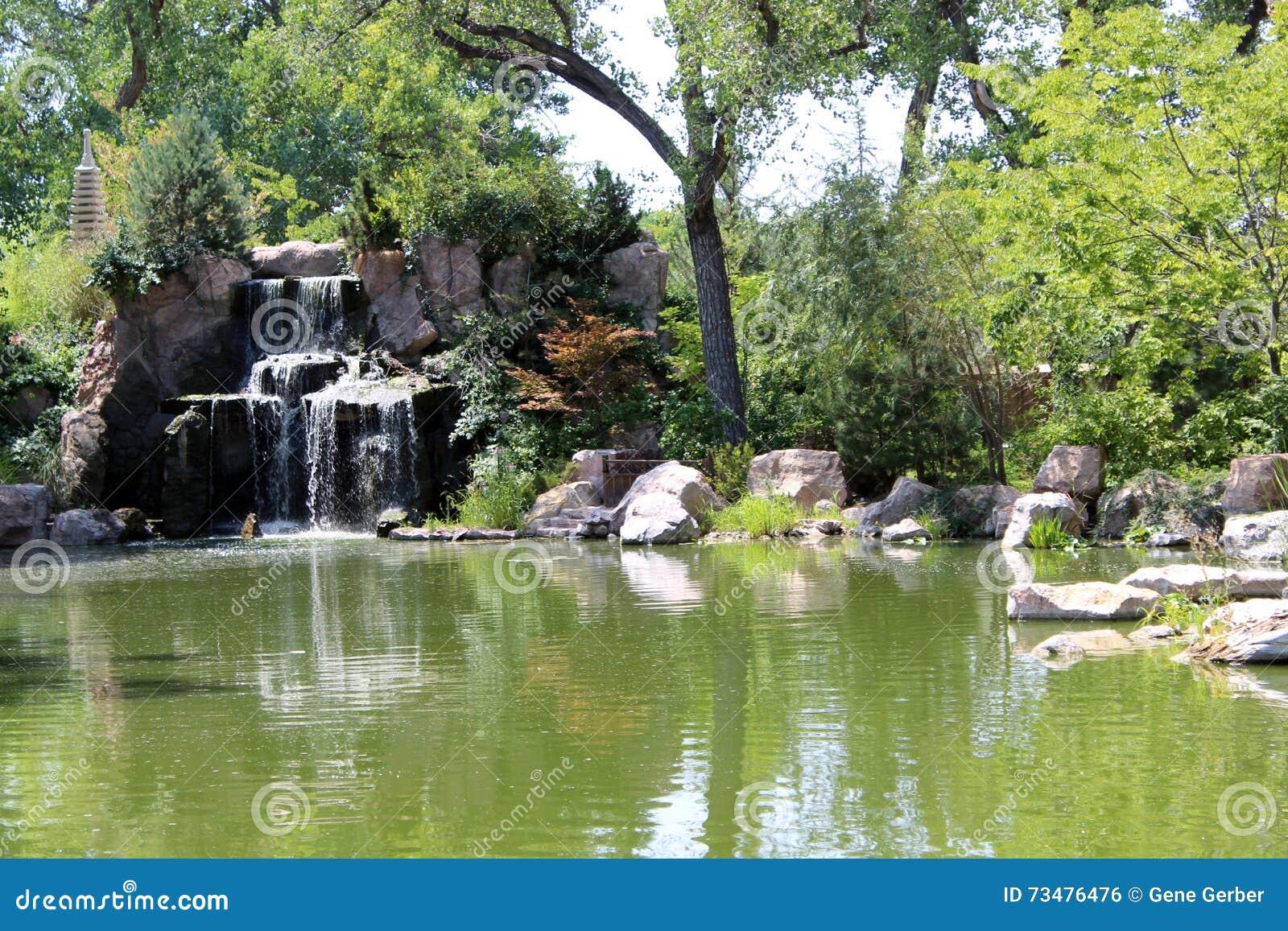 庭院日本人瀑布