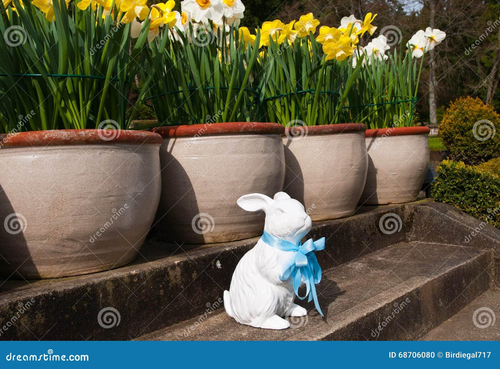 庭院装饰品陶瓷复活节兔子,与最高荣誉装饰 春天在加拿大