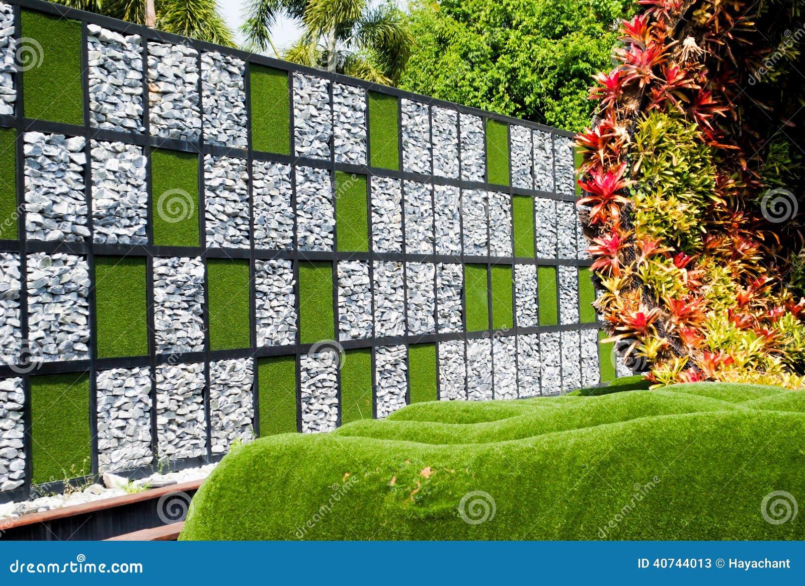 有花圃和五颜六色的植物的庭院.图片