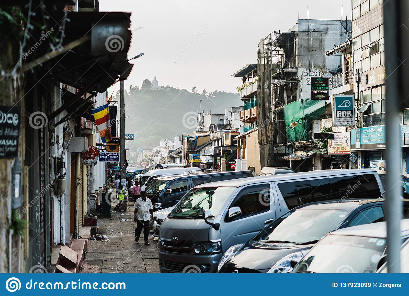 康提、斯里兰卡- 2019年1月12日-有很多人和汽车的,tuk-tuk出租汽车拥挤的街 他第二大城市