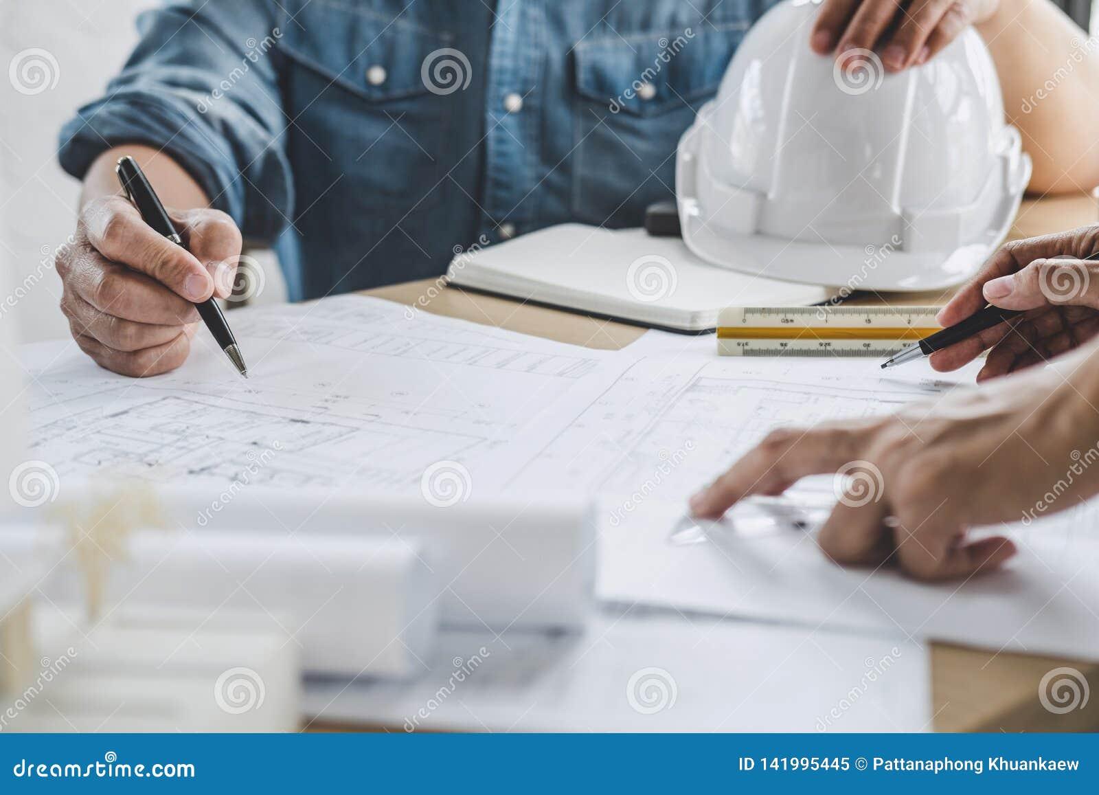 建筑学工程师配合会议,画和运作为在工作场所,概念的建筑项目和工程学工具