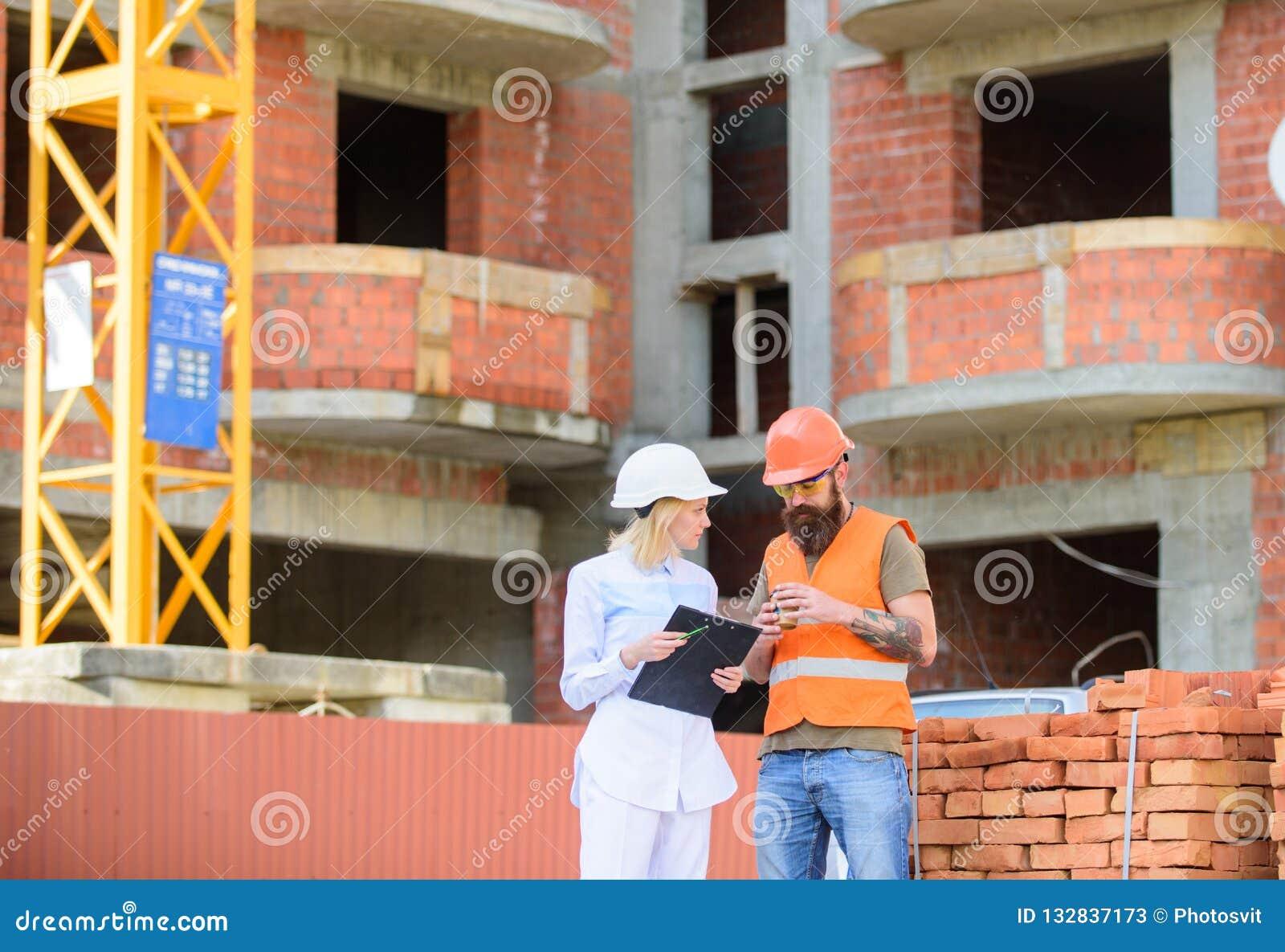 建筑客户和参加者建筑业之间的关系 妇女工程师和建造者沟通在