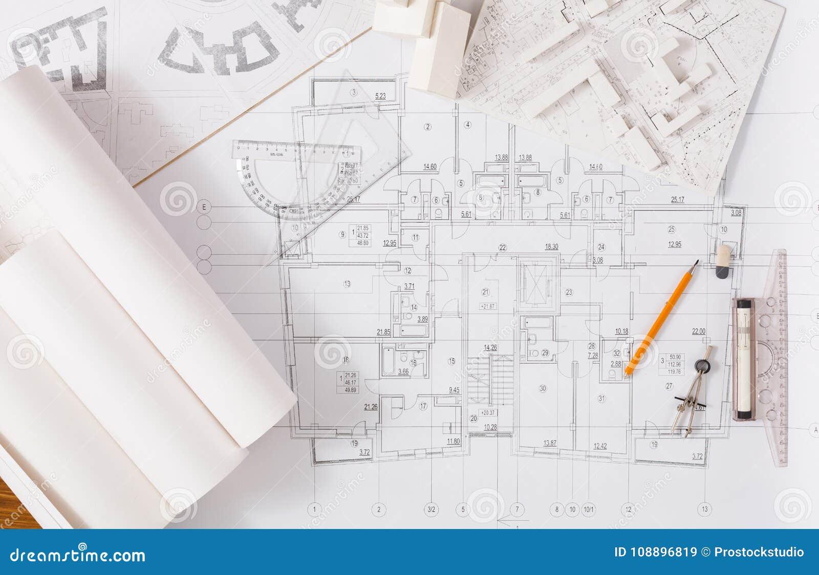 建筑项目,设计在桌上的工具