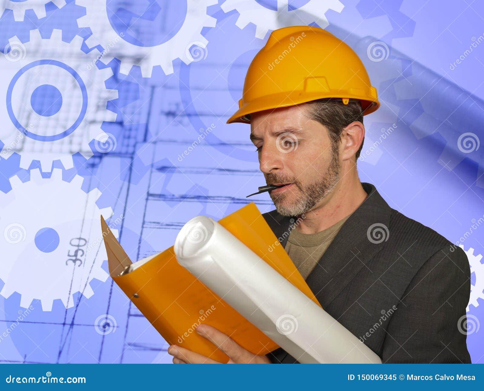 建造者盔甲的确信的工业工程师人检查在发展的楼房建筑图纸和
