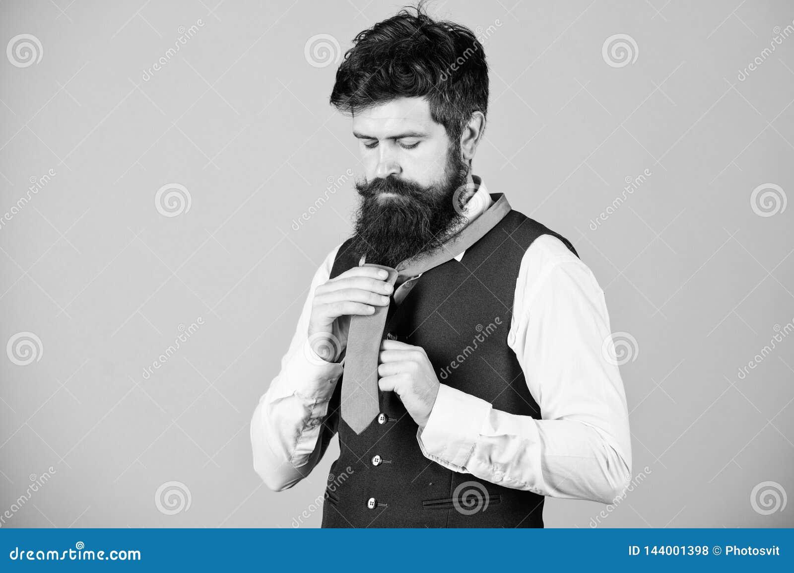 开始以您的衣领和领带在您的脖子上 如何栓简单的结 勇敢艺术  人有胡子的行家