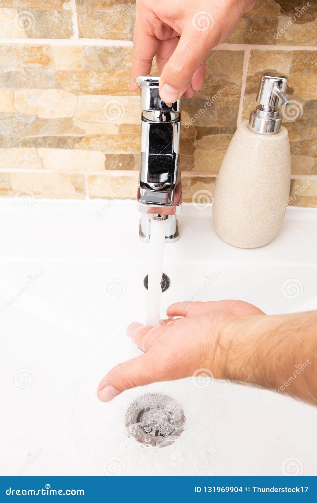 开始洗涤的手的人轻拍