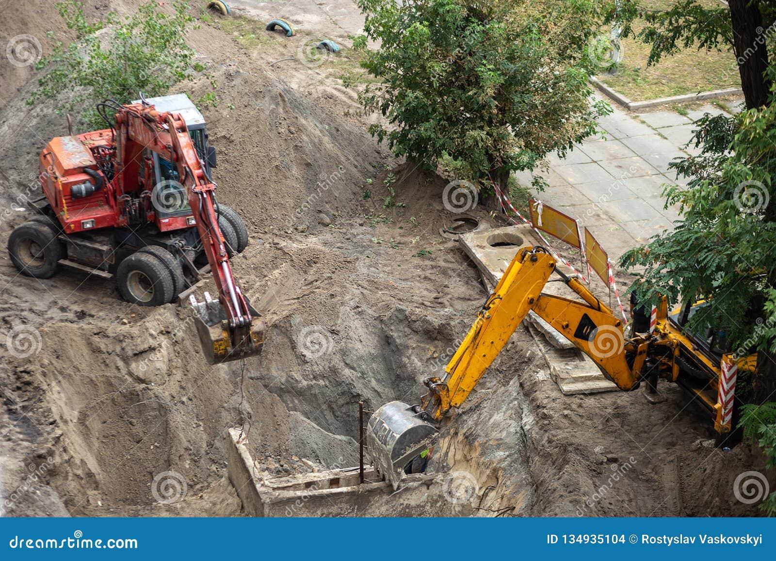 开掘坑的挖掘机