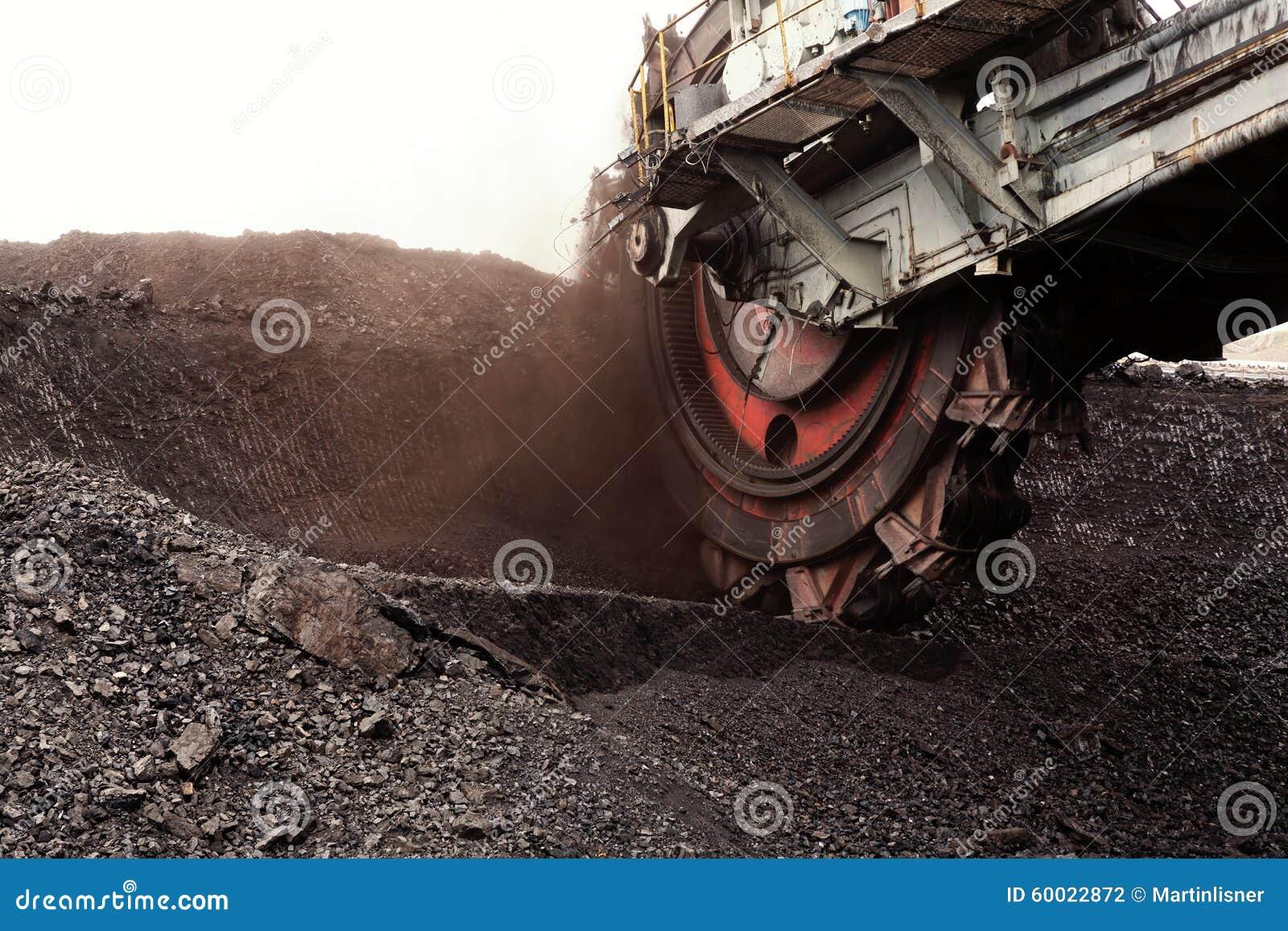 开掘的褐煤,捷克巨型戽头转轮挖土机