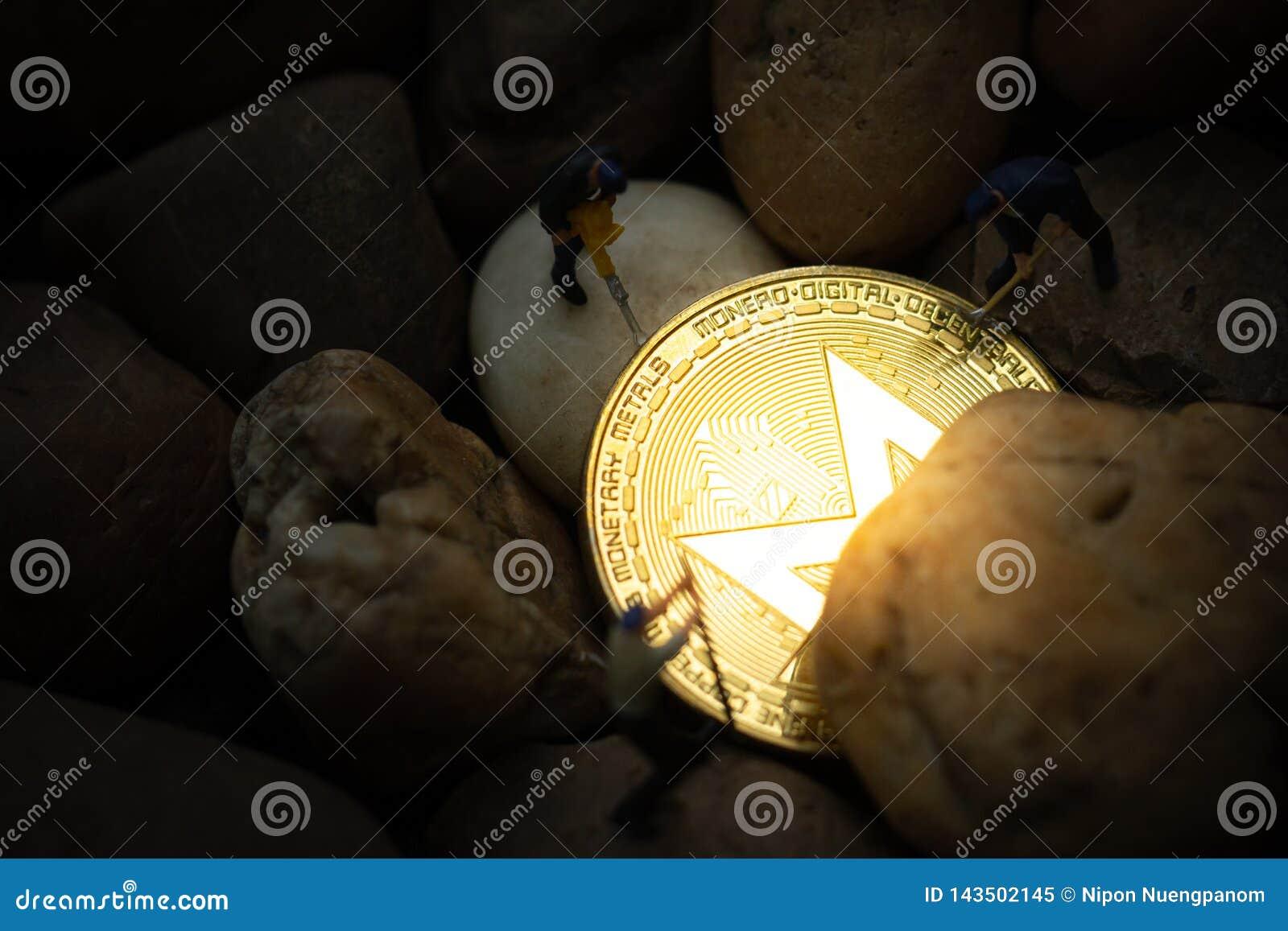 开掘金黄莫尔诺硬币的微型矿工在矿