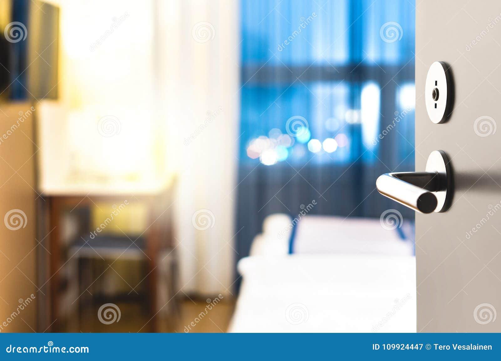 开放旅馆客房的门 干净和典雅的适应服务