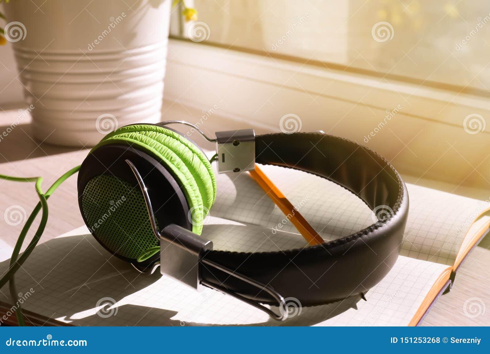 开放笔记本和耳机在窗台