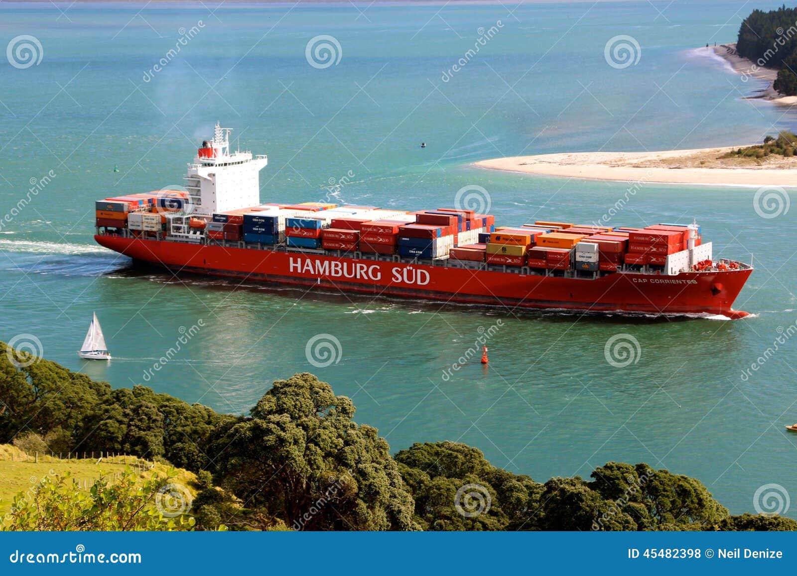 离开港口的货船