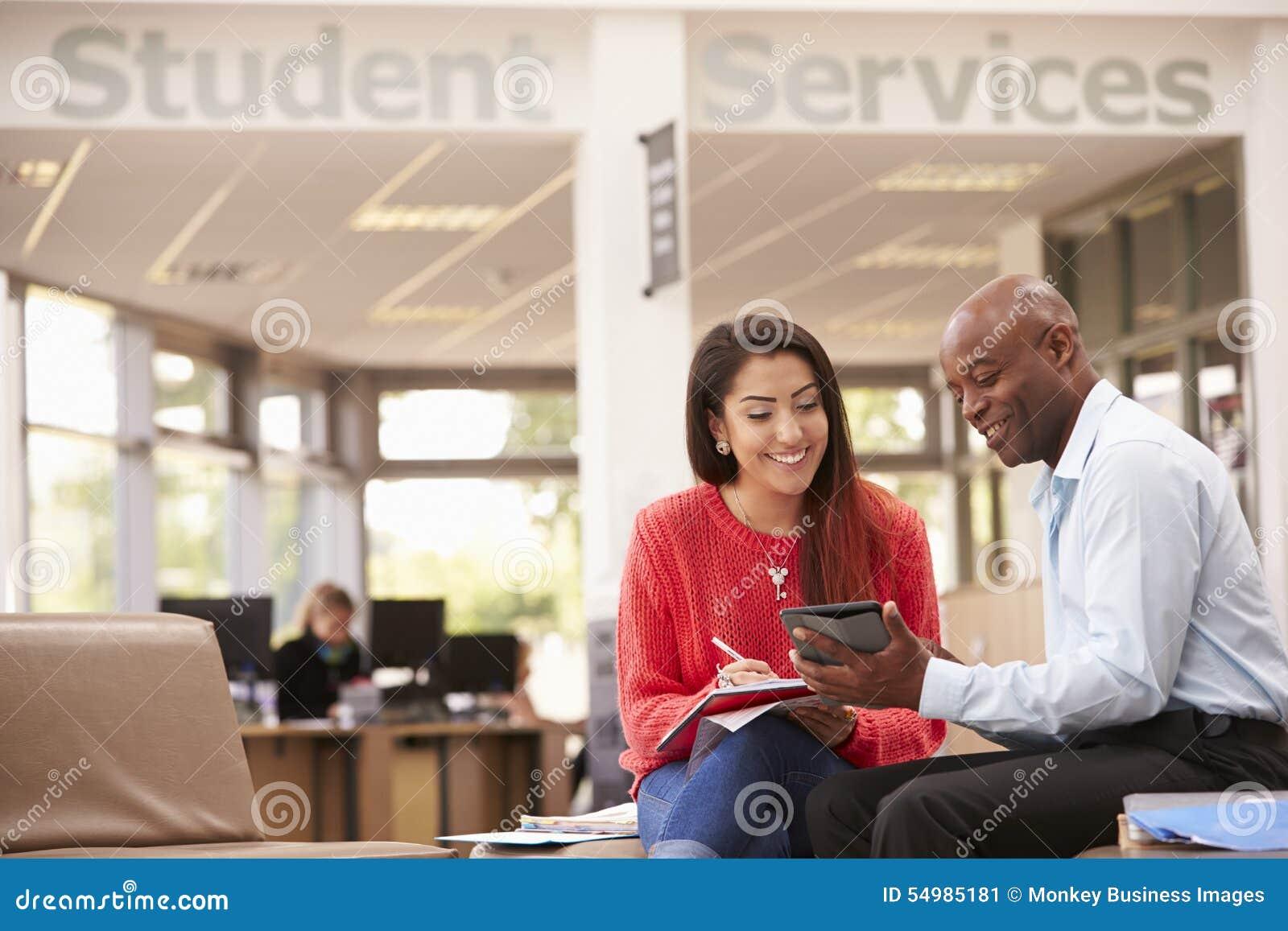 开的大学生与谈论工作的家庭教师的会谈