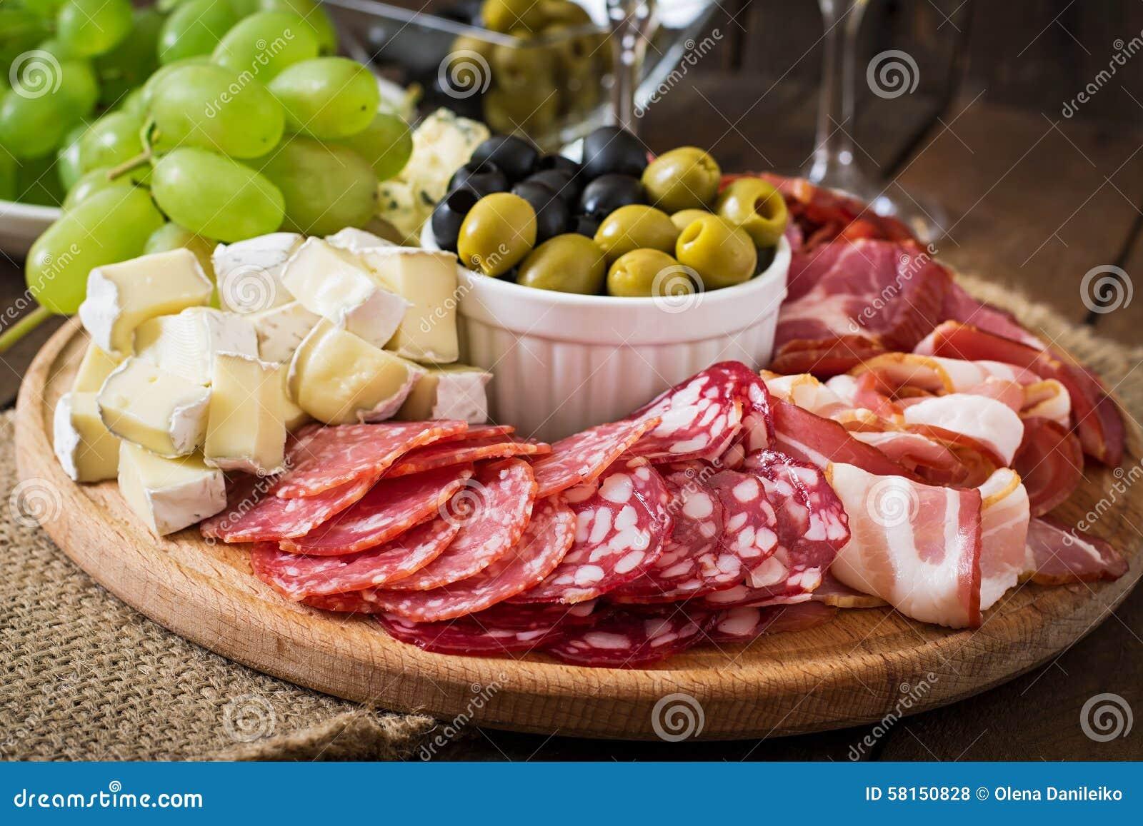 开胃小菜承办酒席盛肉盘用烟肉,生涩,蒜味咸腊肠、乳酪和葡萄