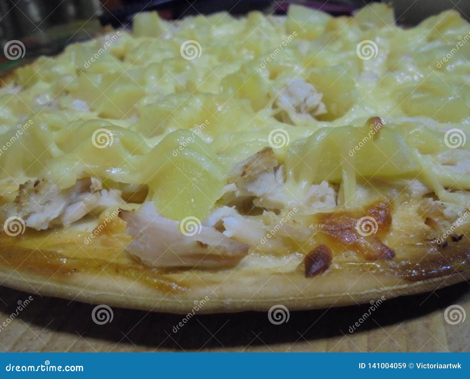 开胃比萨用菠萝和鸡特写镜头