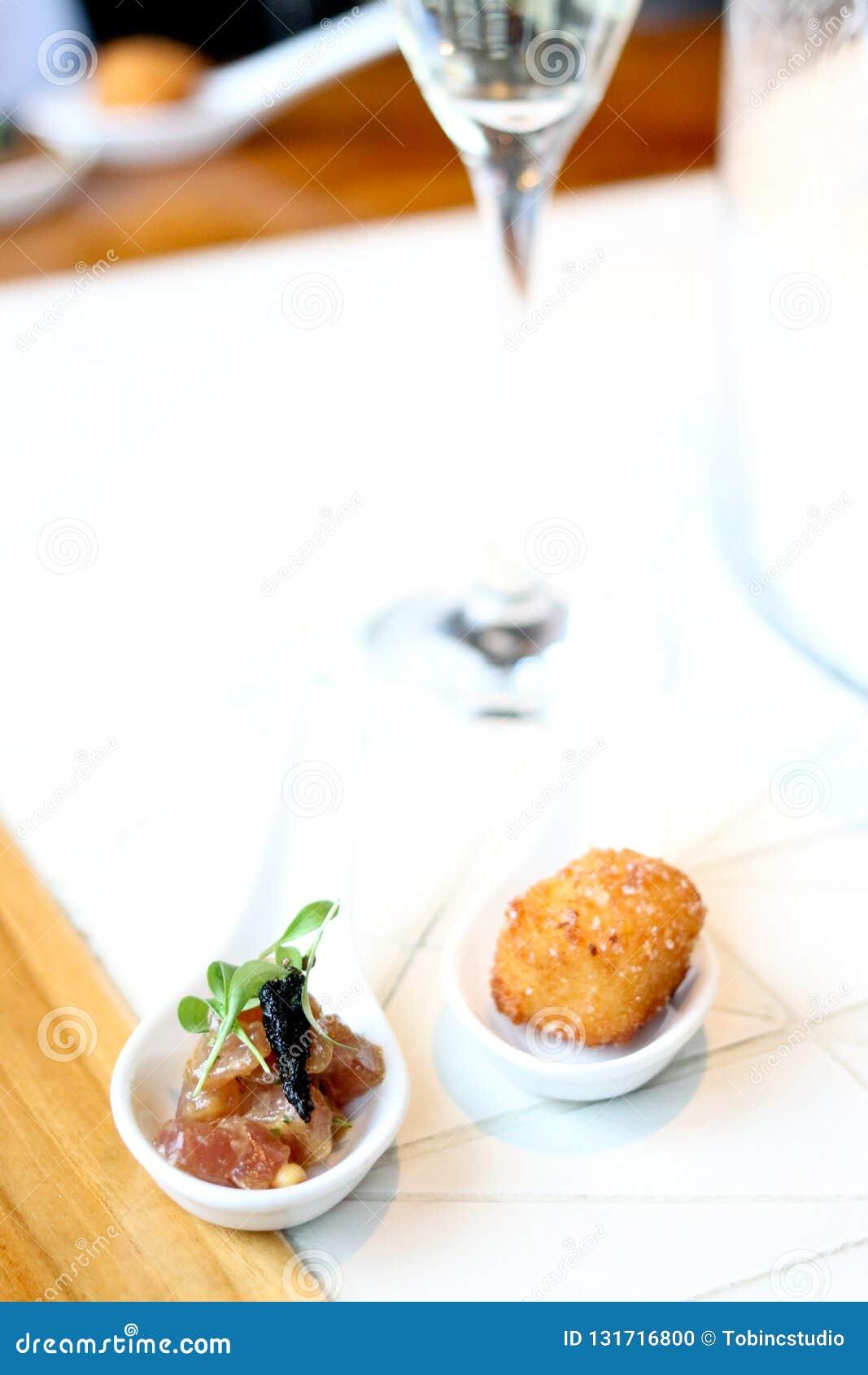 开胃菜的金枪鱼鞑靼和辣cheeseballs