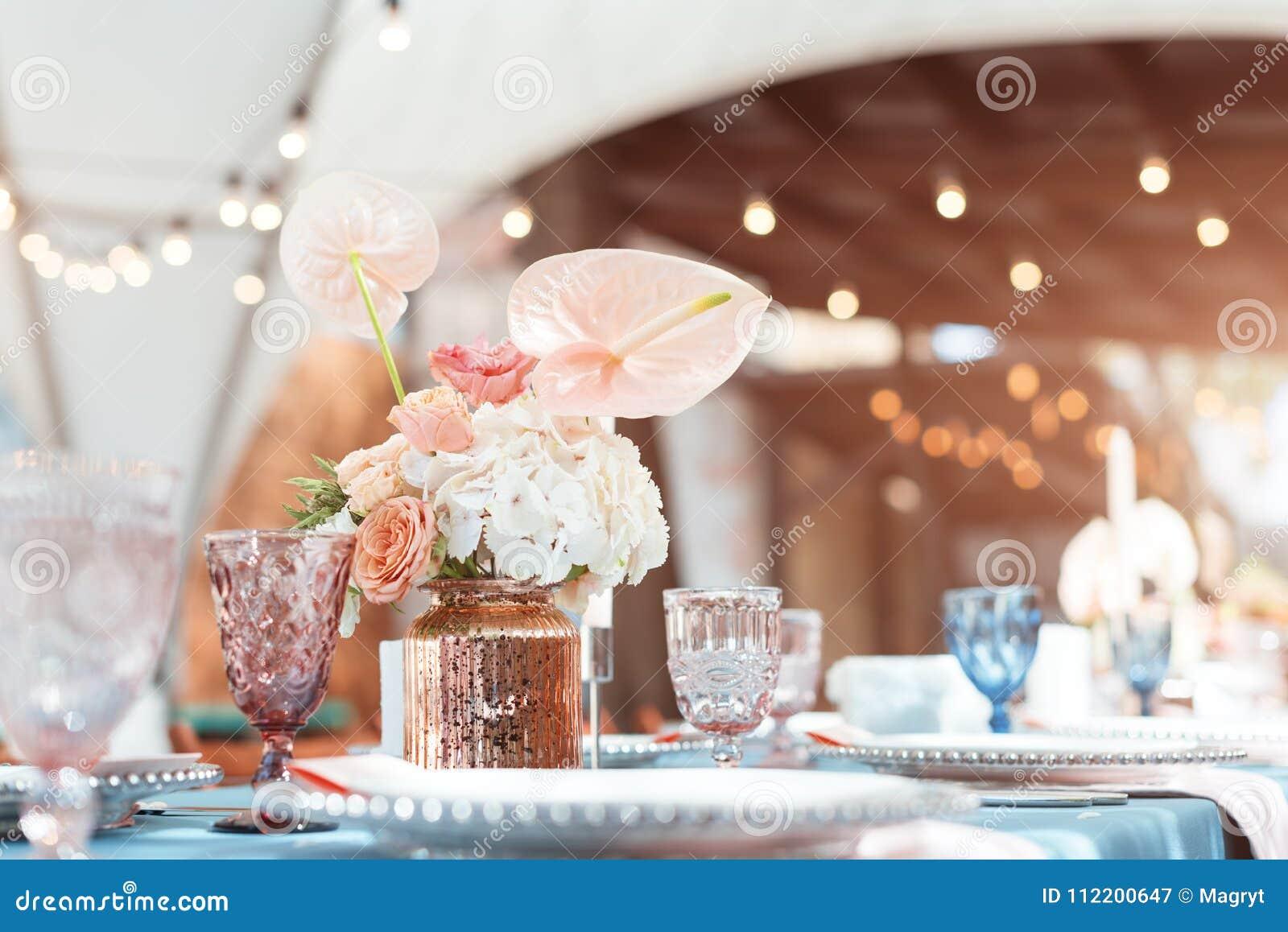 开花假日和结婚宴会的桌装饰 表为假日、事件、党或者结婚宴会持续
