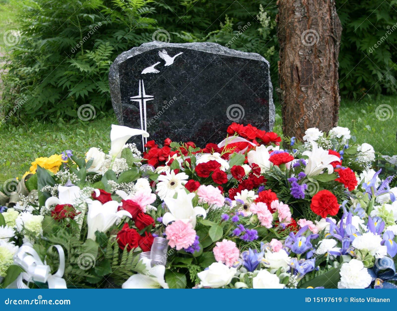 开花新鲜的坟墓