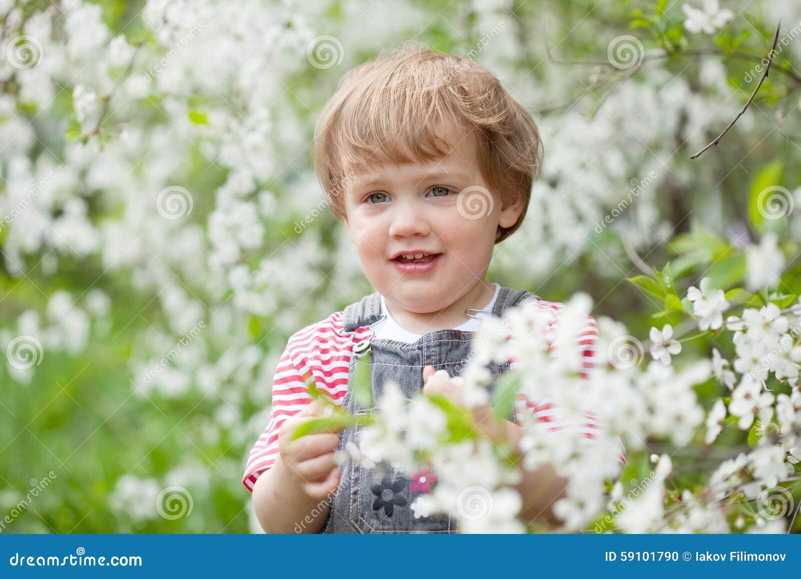 开花的庭院的小孩