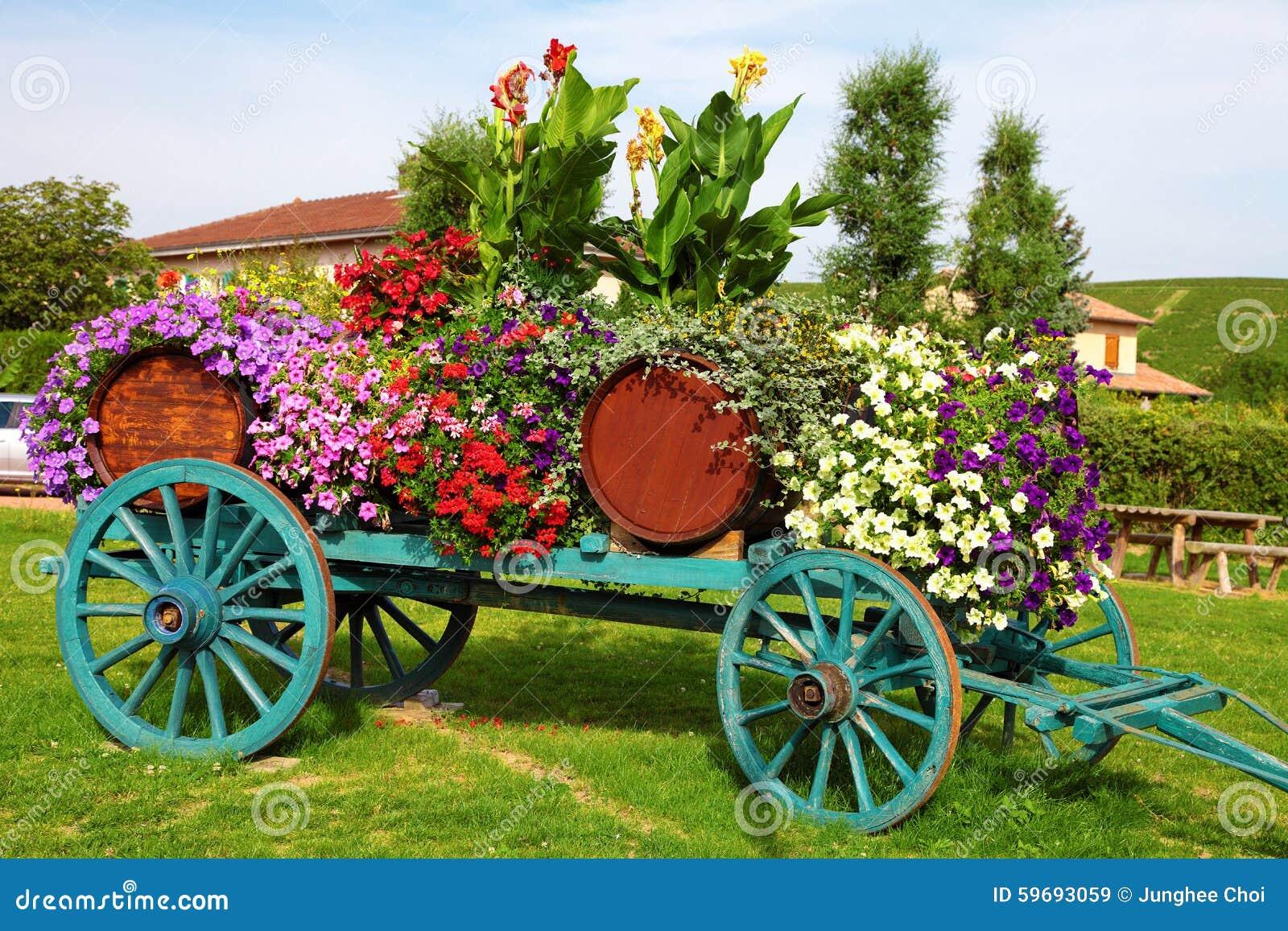 开花装饰的酒推车在法国的博若莱红葡萄酒地区