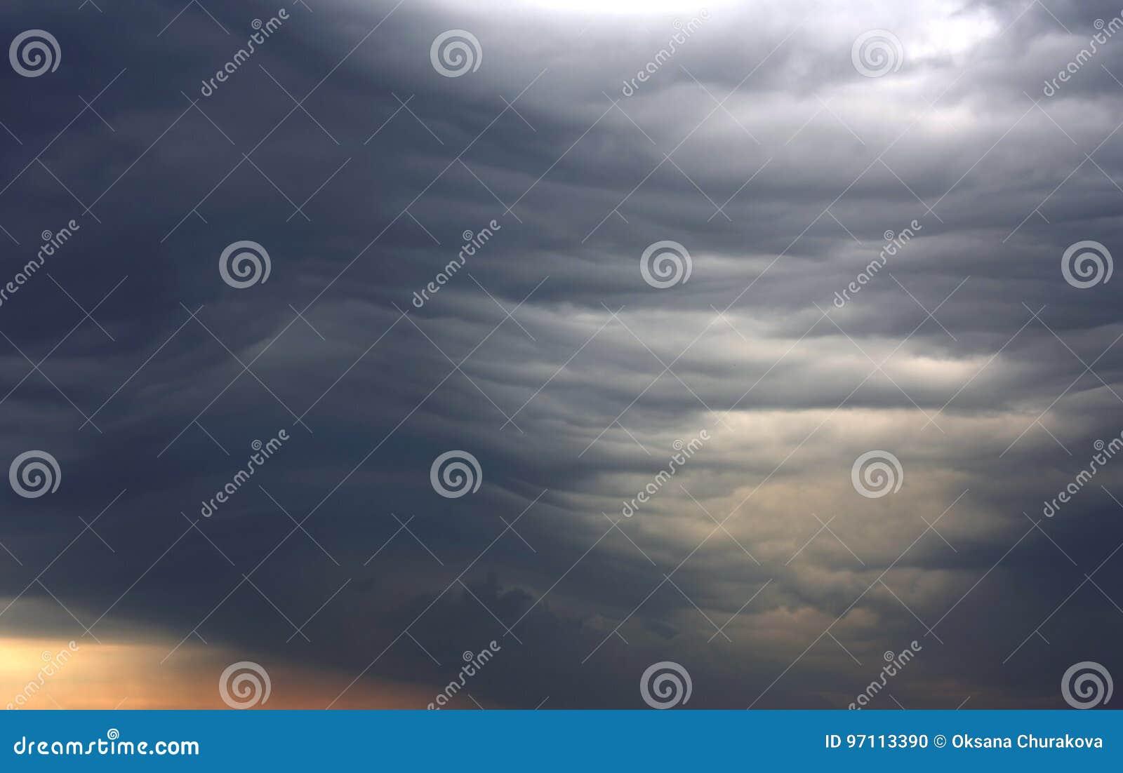 异常的深灰层云