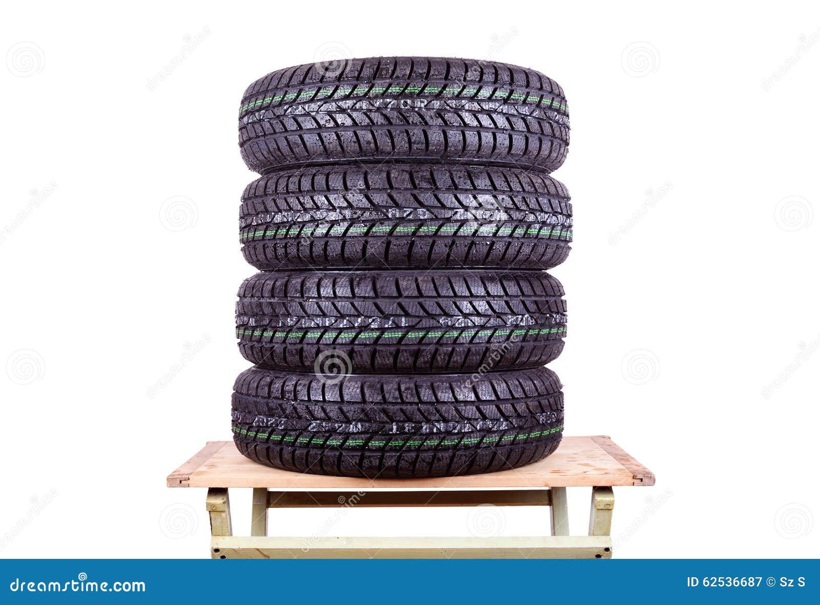 弄湿,在白色背景隔绝的冬天轮胎