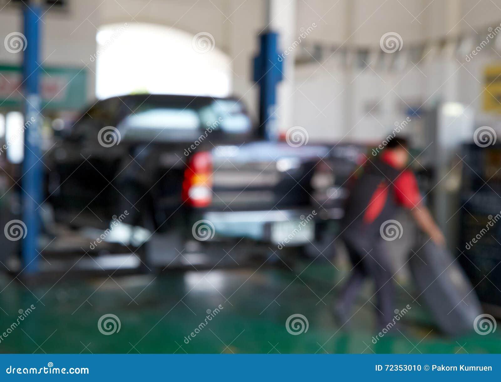 弄脏修理轮胎的汽车技术员