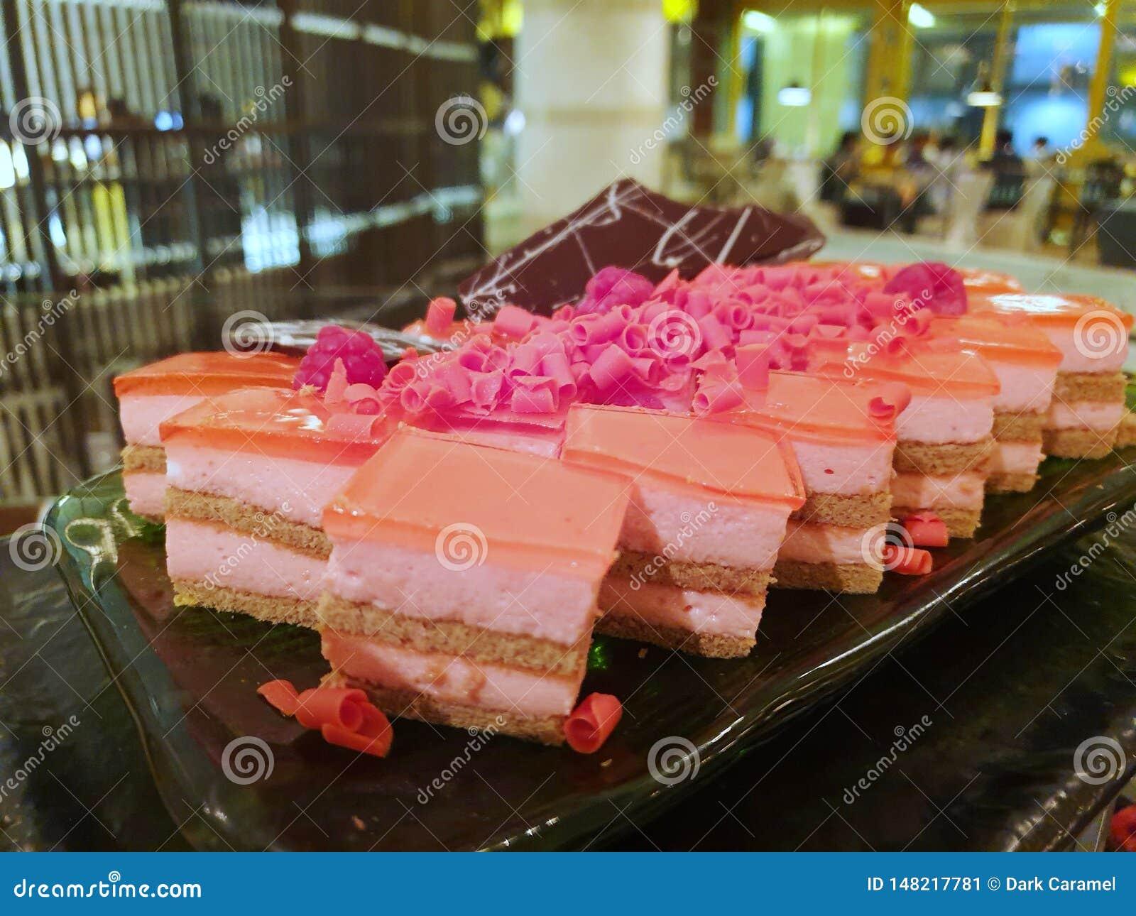 弄脏草莓微型蛋糕用在上面的莓