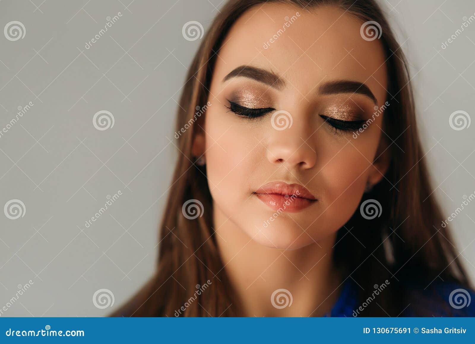 式样闭上她的眼睛显示她构成