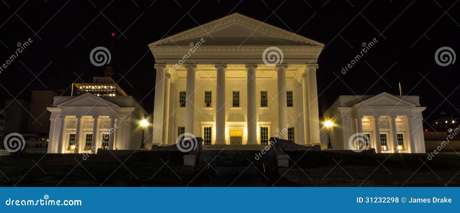 弗吉尼亚状态国会大厦在晚上