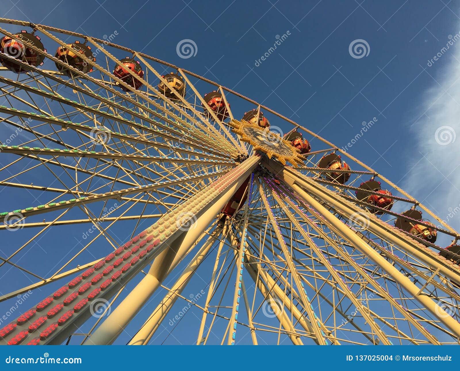 弗累斯大转轮(Riesenrad)在温暖的晴朗下午轻的低角度的德国游乐园