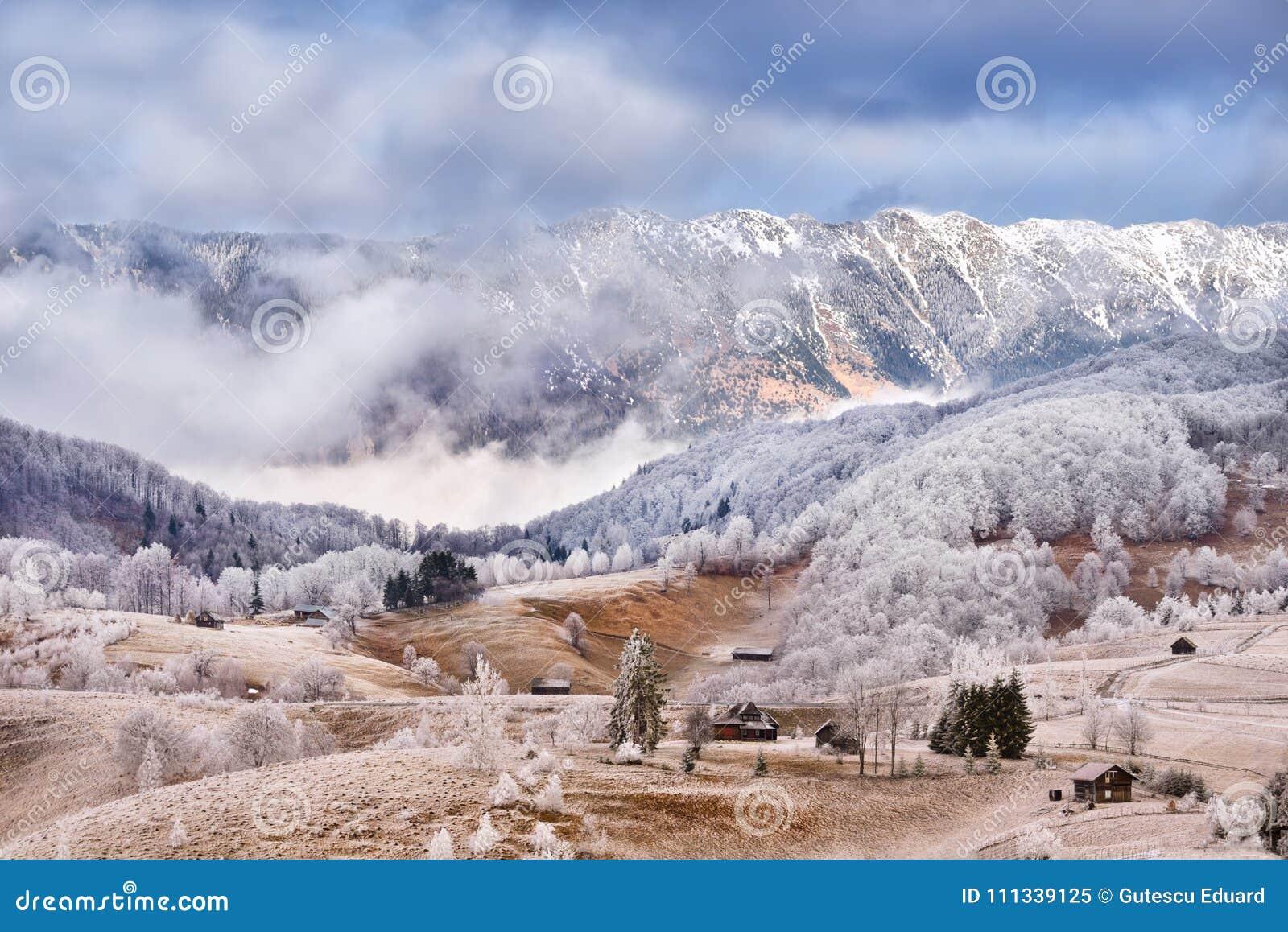 弗罗斯特土地在喀尔巴阡山脉和特兰西瓦尼亚村庄
