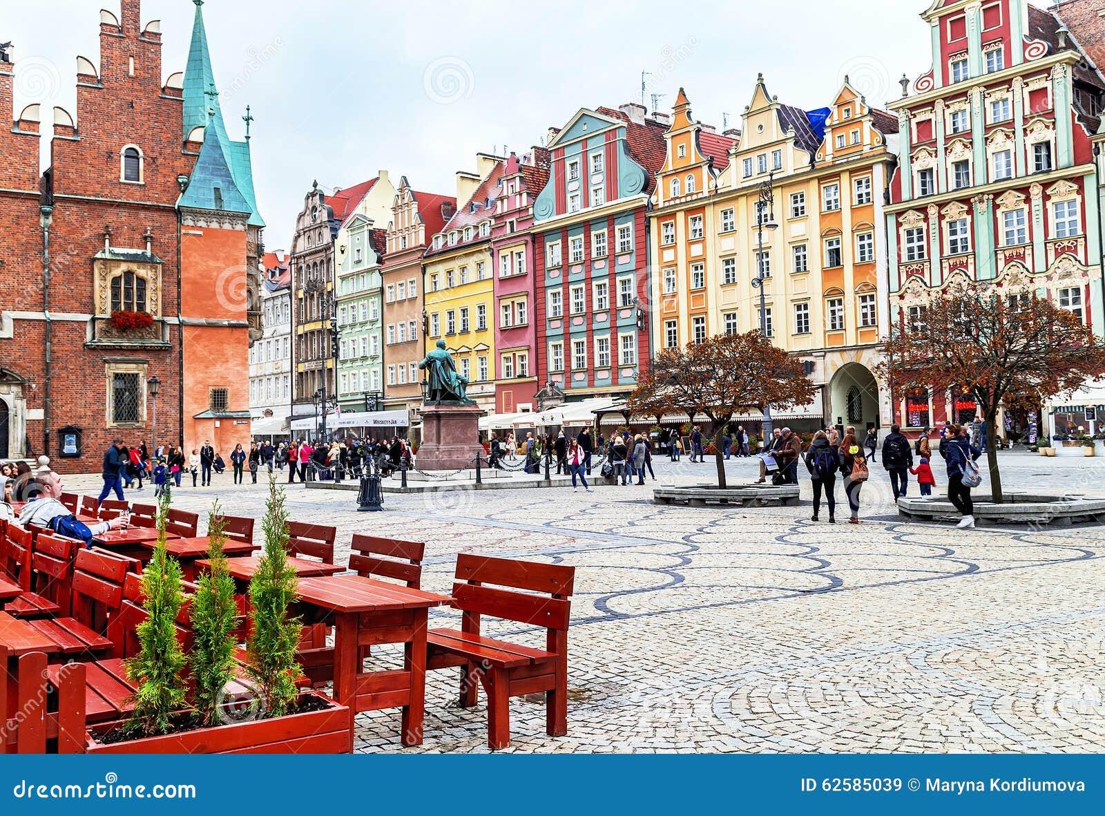 弗罗茨瓦夫,波兰- 2015年10月17日:走和基于著名,老集市广场的人们在弗罗茨瓦夫