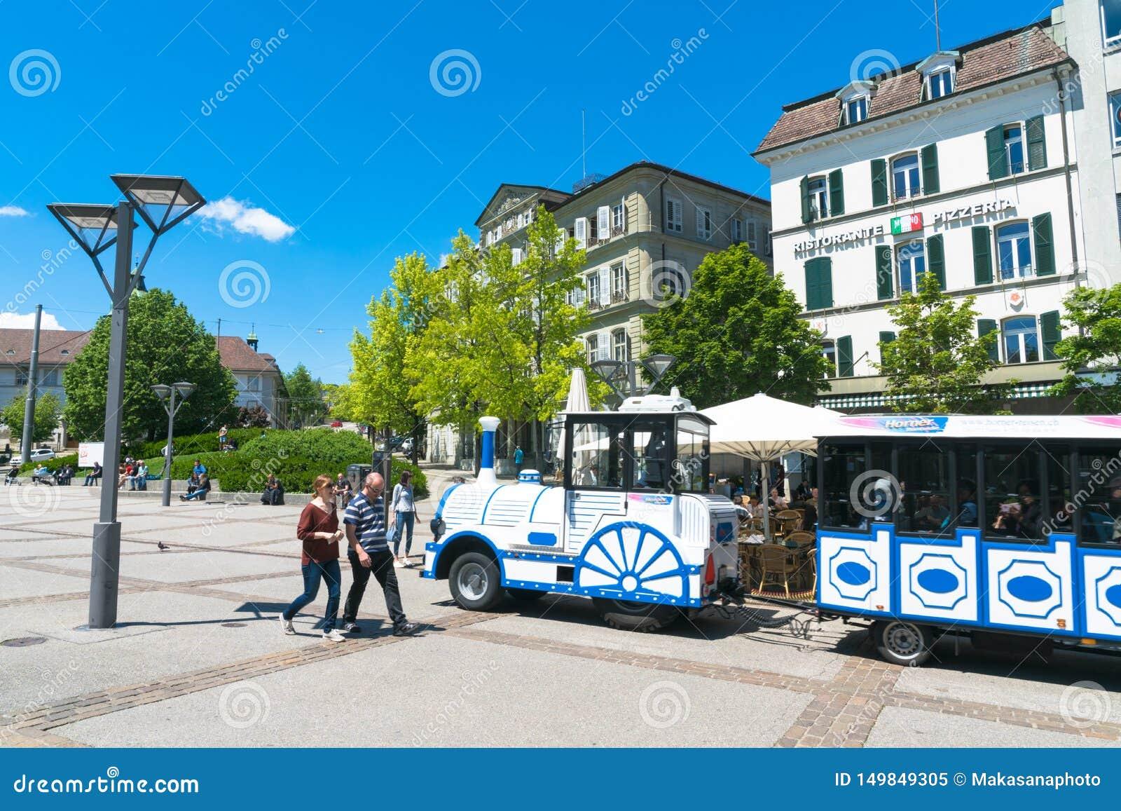 弗里堡,瑞士5月FR//30日2019年:蓝色和白色微型火车旅行通过古城弗里堡与